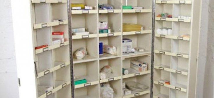 Medikamentenschrank-bestückt-Web S-95353